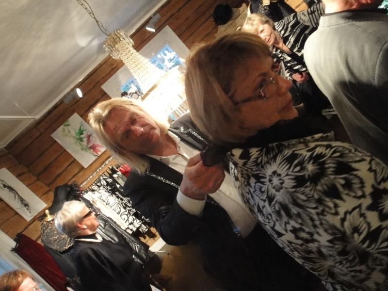 Jukka Rintala esittelee yhtä mallistonsa kauneinta takkia ja sitä miten huivilla sekin saa eri ilmeitä.
