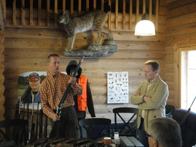 Lopen Eräloppi -liikkeen kauppias Tomi Järvinen esittelemässä uutuustuotteita ja mm. säädöksiä metsästyksen varustuksesta.