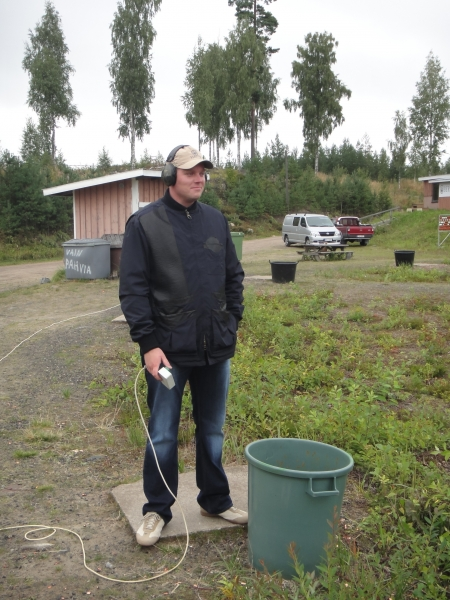Heikki Järvinen oli yksi haulikkoammun kouluttajistamme. Lopen Ampumaradalla harjoittelimme toimintaa erilaisissa tilanteissa.