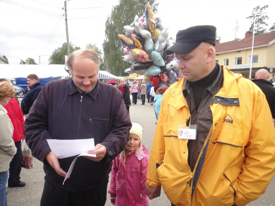 Itä-Hämeen kokoomuslaiset antoivat markkinapäivän päätteeksi Jokisen Kallelle ja minulle eduskuntaan vietäväksi kirjeen, jossa esillä nelostien perusparantaminen Hartolasta Joutsaan sekä Lahti-Jyväskylä -raideyhteyden Heinolan kautta kulkeva linjaus.