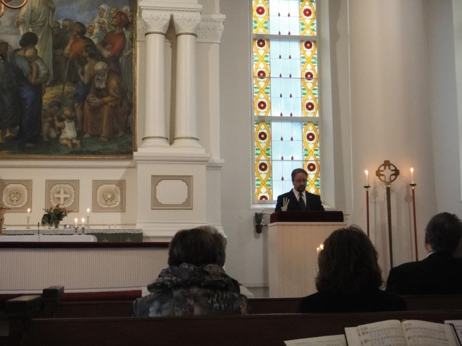 Yrittäjien päivä alkoi meillä kirkosta. Päivän tekstiä lukemassa Lopen Yrittäjien puheenjohtaja Jarmo Laukkanen.