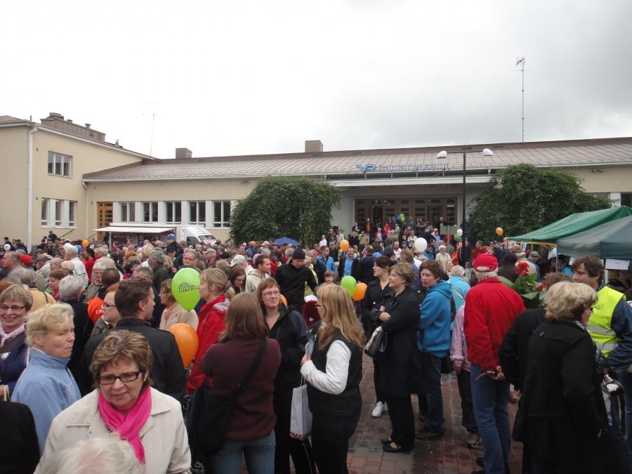 Riihimäen Asematapahtuma oli vuoden 2010 Häme-päivä. Väkeä lämpimässä syyssäässä riittikin.