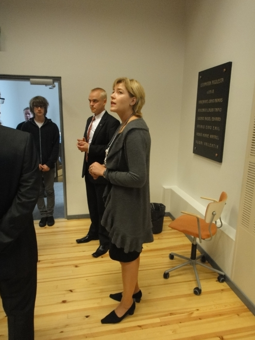 Päivän ensimmäinen vierailukohde ministeri Henna Virkkusen kanssa oli Riihimäen lukio.