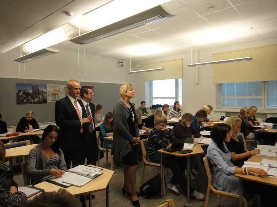 Seuraamassa lukiolla ruotsin oppituntia. Mukana esittelemässä Riihimäen kaupungin sivistystoimenjohtaja Esa Santakallio.