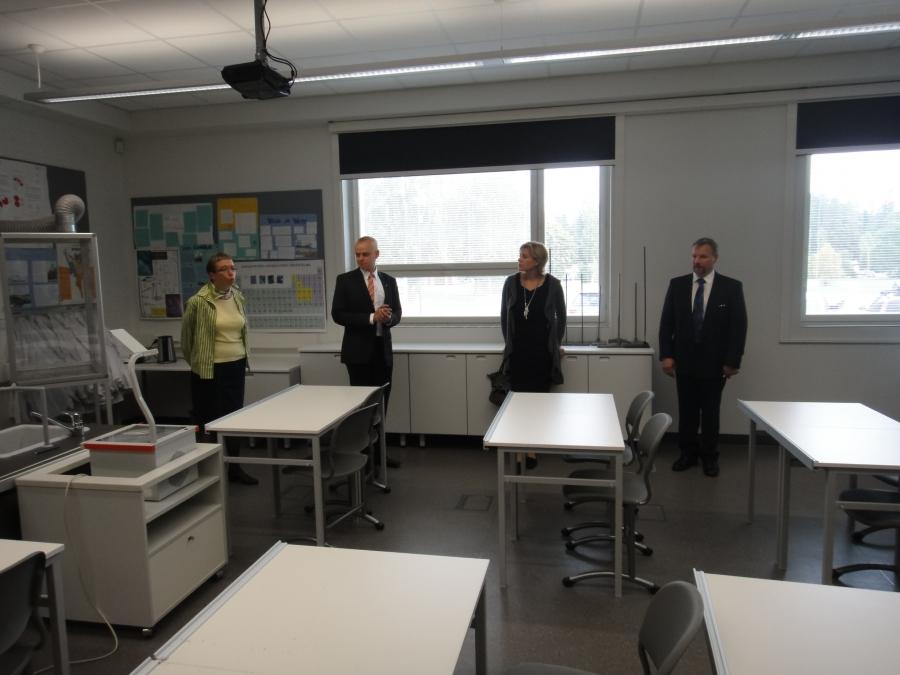 Koululla oltiin erittäin tyytyväisiä uusin kemian opetustiloihin ja varastoon. Esittelemässä apulaisrehtori Anja Mäkelä.
