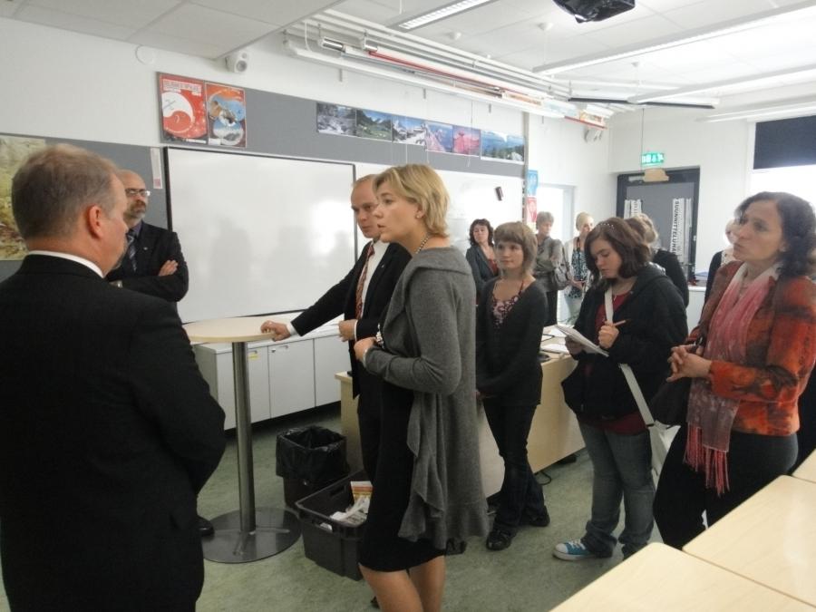 Ministerin kanssa kouluun tutustumassa myös TET-harjoittelua toimittajana tekevä koulun oppilas, oppilaskunnan edustajat ja koulun kansainvälinen vierasryhmä.