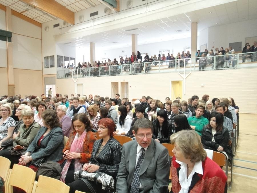 Varsinainen vihkimisjuhla pidettiin Elmolassa. Juhlaan osallistuivat yläasteen ja lukion oppilaiden, opettajien ja muun henkilökunnan lisäksi koulukeskuksen entisiä opettajia ja päätöksenteossa mukana olleita luottamushenkilöitä.
