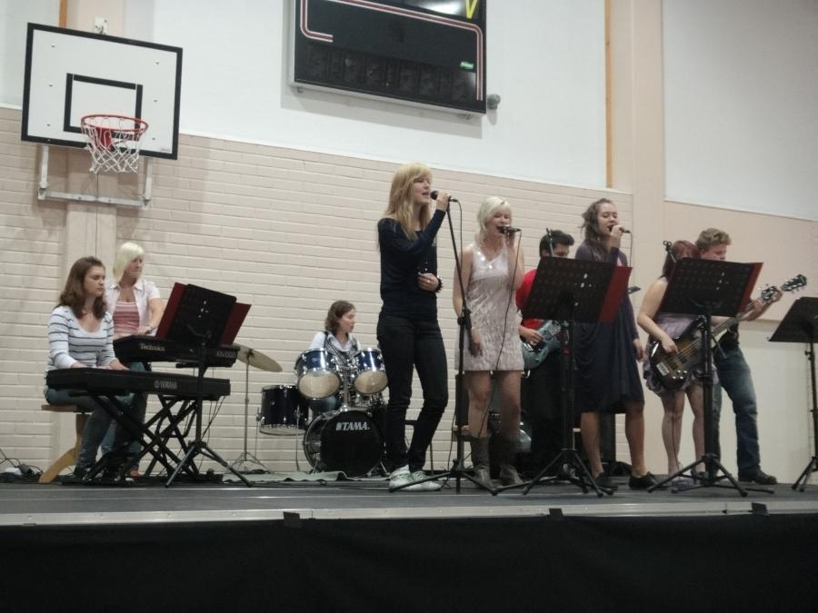 Lukion musiikkiryhmä viihdytti juhlayleisöä kahden kappaleen verran, ohjaajanaan lukion musiikinopettaja.