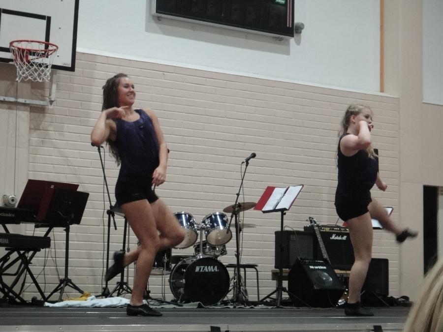 Juhlassa esityksellään ihastuttivat myös lukion tytöt itserakentamallaan tanssikoreografialla.