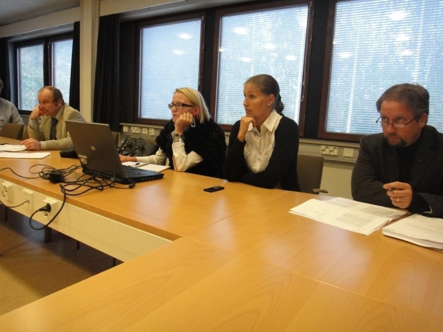 Illalla vielä Lopen kunnanvaltuuston kokous. Valtuustoryhmän kokouksessa pohtivina Kari Maunula, Saija Grönholm, Eeva Pyhälammi ja Jarmo Laukkanen.