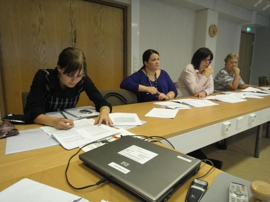 Lisää kokoomuksen valtuustoryhmää pöydän toiselta puolelta, Tiina Seppälä, Anniina Nummelin, Karoliina Saari ja Sirpa Hopearuoho.