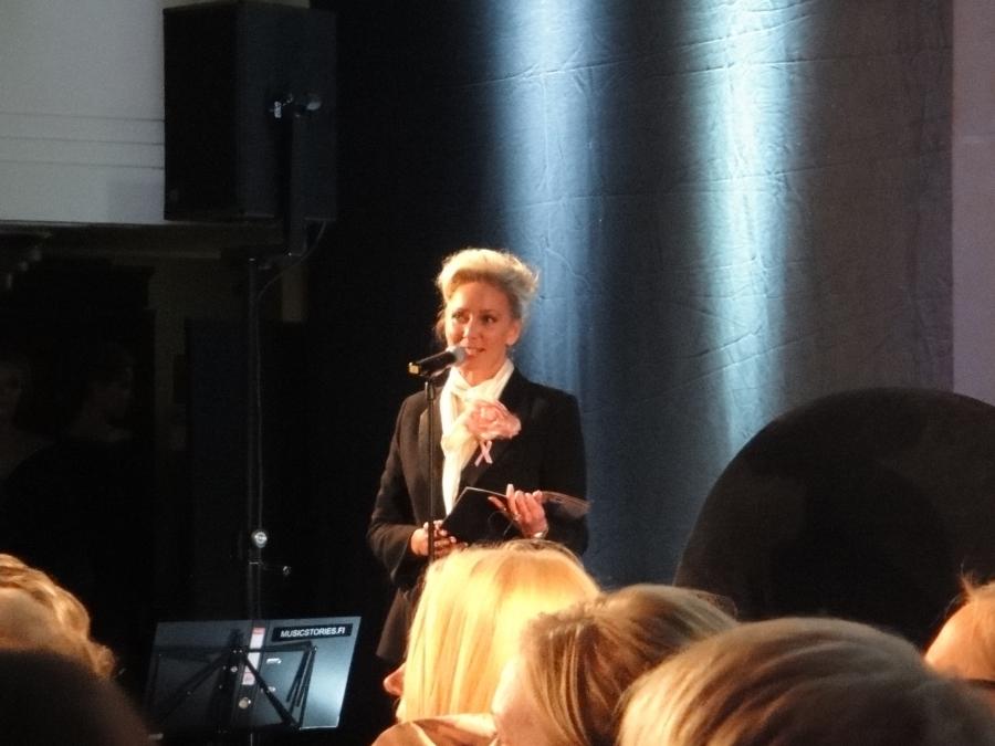 Illan juontajana toimi Leena Sarvi joka esitteli 21 upeaa iltapukua, jotka nyt sitten huutokaupataan Roosa Nauha -keräyksen hyväksi.