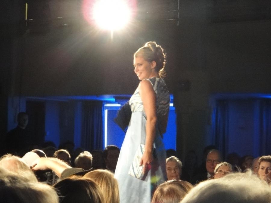 Miss Suomi Viivi Pumpanen esitteli vuodelta 1959 olevan nuoren naisen ensimmäisen iltapuvun ja käsilaukun. Lähtöhinta 400 euroa.