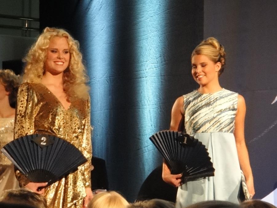 Viivi Pumpanen oikealla ja hänen vieressään Susanna Turja, jonka päällä Satu Tiivolan lahjoittamana pariisilainen Anne Bellen -iltapuku. Tiivola käytti pukua Linnanjuhlissa 1986 ja 2004. Lähtöhinta 600 euroa.