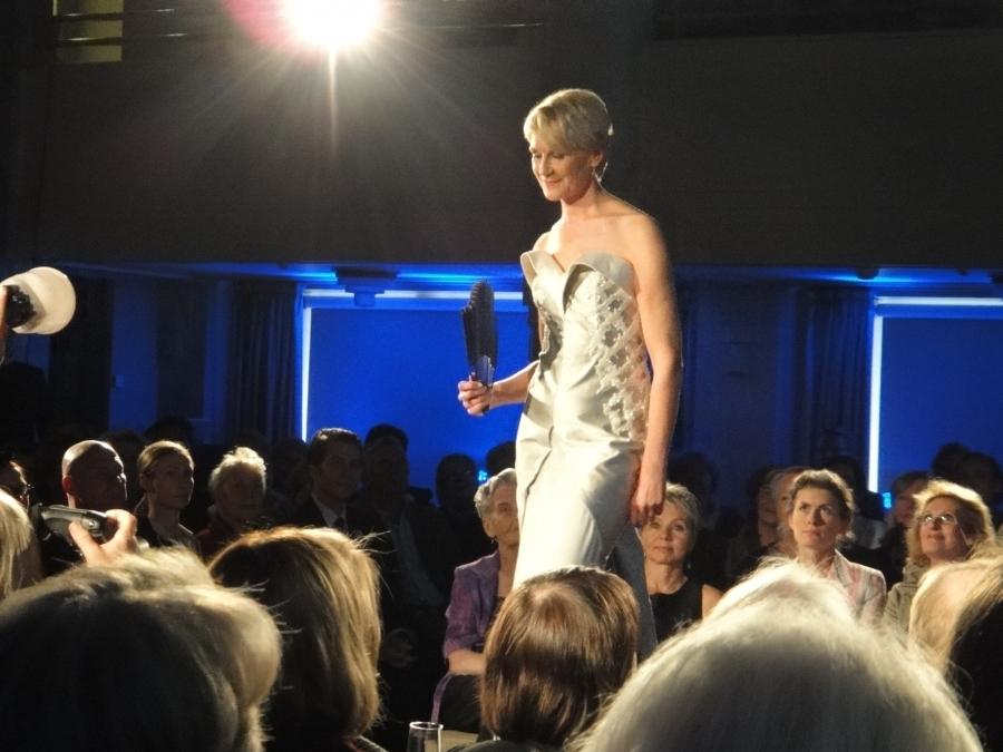 Kollegani Leena Harkimo lahjoitti Roosa Nauha -keräykselle yhden lukuisista upeista Jukka Rintalan iltapuvuistaan. Tässä puvussa Leena Harkimo hurmasi Linnanjuhlissa 2004 ja nyt puku myynnissä 1000 euron lähtöhintaan.