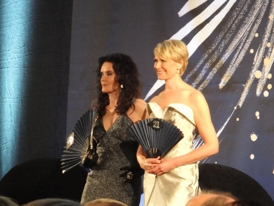Leena Harkimon vieressä Kaarina Kivilahti, joka lahjoitti hyväntekeväisyyteen Karl Lagerfeldin iltapuvun vuodelta 1996.