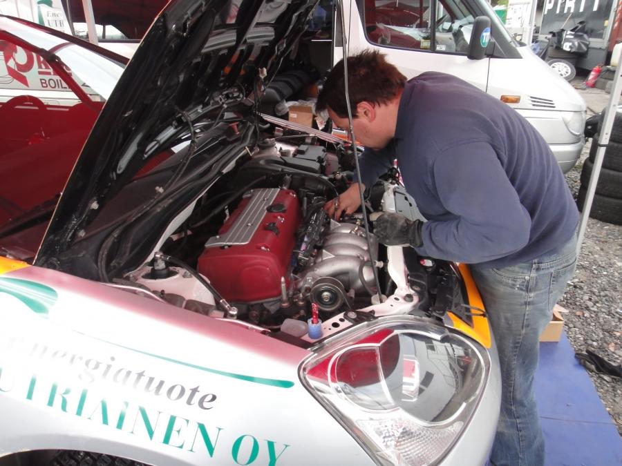 Nuoren vahvan tulevaisuuden nimen Esapekka Lapin autoa huolettiin kovalla kiireellä kilpailun päätöshuollossa. Kaikkea ei saatu kuntoon ja reitin nopeimmin kiertänyt Lappi hylättiin lopulta.