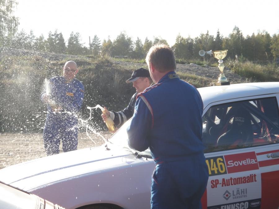 Ja juhlaa maalissa. Tässä Ilkka Rantala ja Janne Salonen juhlivat F-ryhmän voittoa.