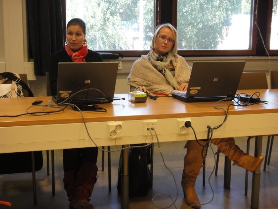 Lopen kokoomuksen kunnanhallitusryhmä työskentelee. Tässä Saija Grönholm, joka on kunnanhallituksemme varapuheenjohtaja ja Eeva Pyhälammi, joka on myös valtuustoryhmämme puheenjohtaja. Tehokkaat ja superosaavat naiset. Arvostan todella.