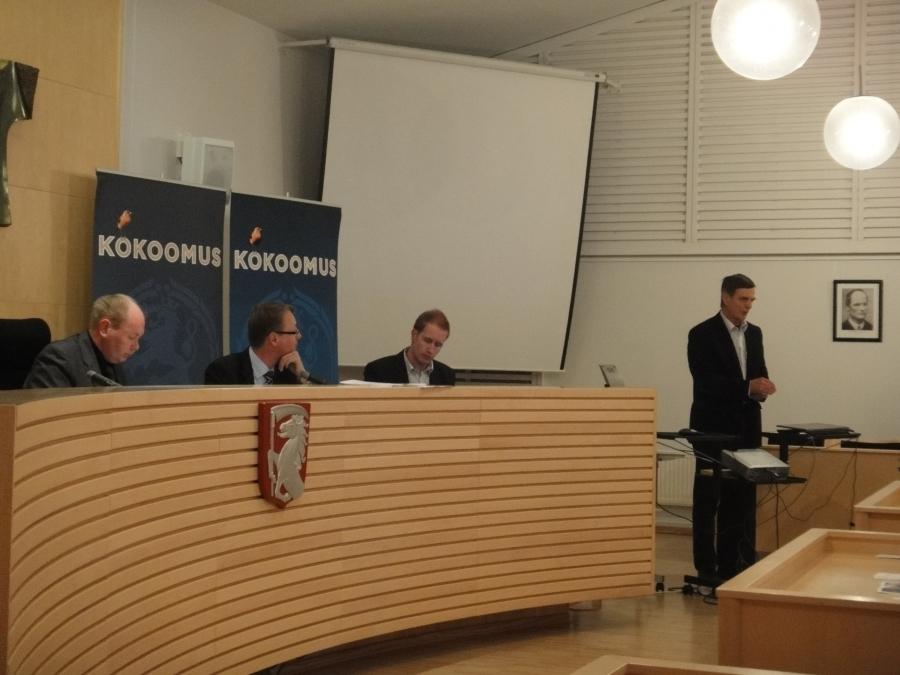 Vaalitoimikunnan puheenjohtaja Timo Seppälä esittelee ryhmän esitystä uusiksi ehdokkaiksi. Esitys voitti äänestyksessä selkeästi muut ehdotukset ja Lulu Riikonen ja Juha Rostedt nousivat mukaan upeaan ryhmäämme.