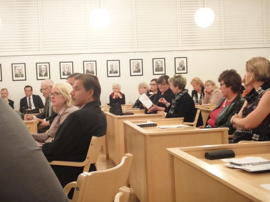Lopen Kokoomuksen kokousedustajat Sanna Kallela ja Vesa Pesonen edessä ja takana mm. ehdokkaistamme Sari Niinistö.