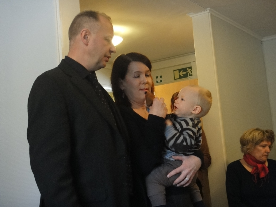 Lopen Kauppilan yrittäjäpariskunta lapsenlapsensa kanssa. Takalan Mikon pitkäaikainen haave omasta Lasten ja Nuorten kodista näin toteutui.
