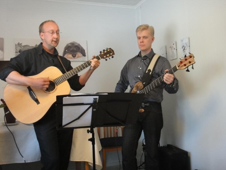 Uphill bändi vastasi tilaisuuden musisoinnista. Kaiken kaikkiaan mukana neljä jäsentä. Oikealla kirkollisvaaliehdokkaistamme Aarnion Juho.