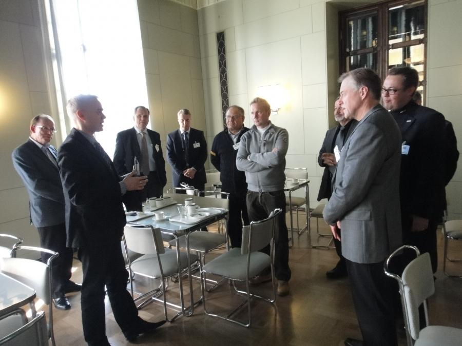 Hyvinkään alueen yrittäjiä vierailulla eduskunnassa ennen illan EM-karsintaottelua Suomi-Unkari.