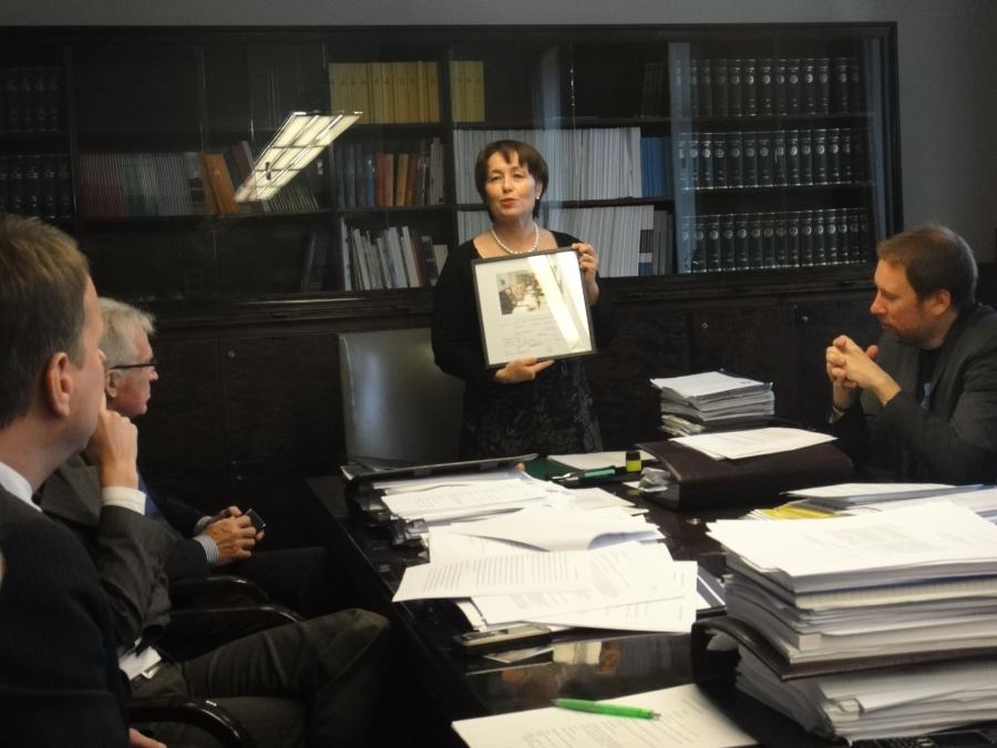 Sivistysvaliokunnan puheenjohtaja Raija Vahasalo kiittää Mäksyä yhteisistä vuosista ja annoimme lahjaksi kuvan upeasta joukostamme.