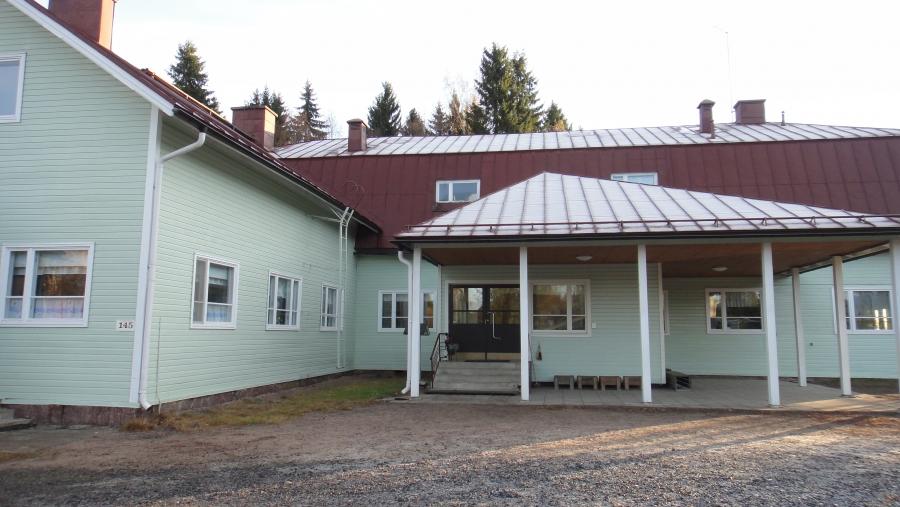 Entinen Topenon koulu, joka nyt tänä syksynä aloitti koko Länsi-Lopen kouluna.