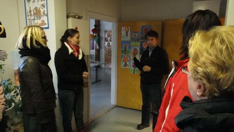 Tässä valtuutettujamme tutustumassa Länsi-lopen kouluun opettajan johdolla.