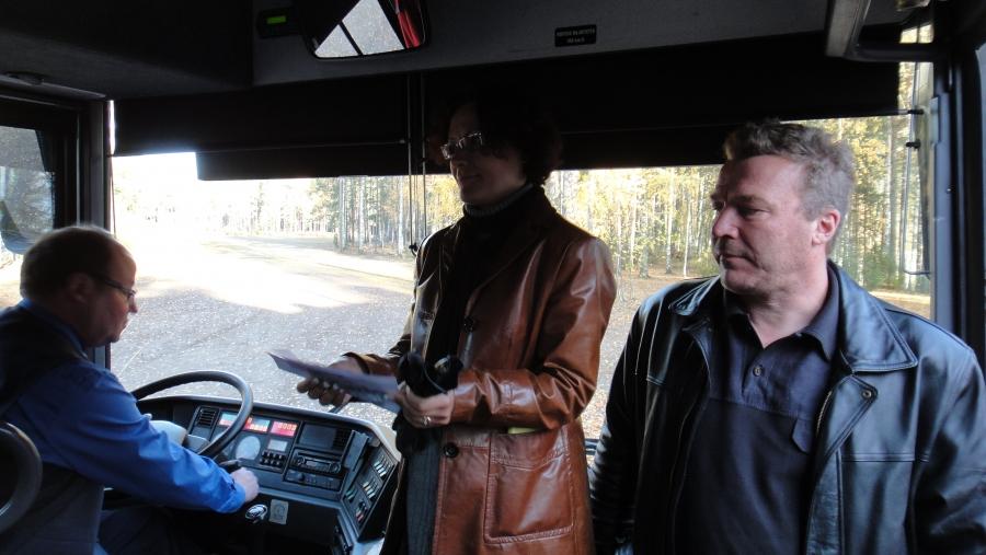 Päivän matka taittui mukavasti bussilla. Matkanjohtajina tässä kuvassa kunnanjohtajana toimiva Karoliina Viitanen ja kunnanhallituksen puheenjohtaja Harri Nurmo.