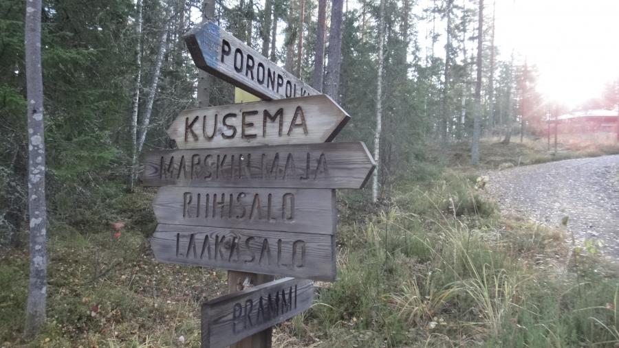 Lopella voi luonnossa retkeillä monella eri tavalla. Kuvassa yksi reitistöjen solmukohdista. Retkeilypolkuja on vaeltamiseen noin 30 kilometriä ja ne ovat osa Hämeen Järviylängöllä risteilevää Ilves-reitistöä. Lisäksi Kaartjärvi-Kaartjoen sekä Puneliajärven melontareitit ovat suosittuja.