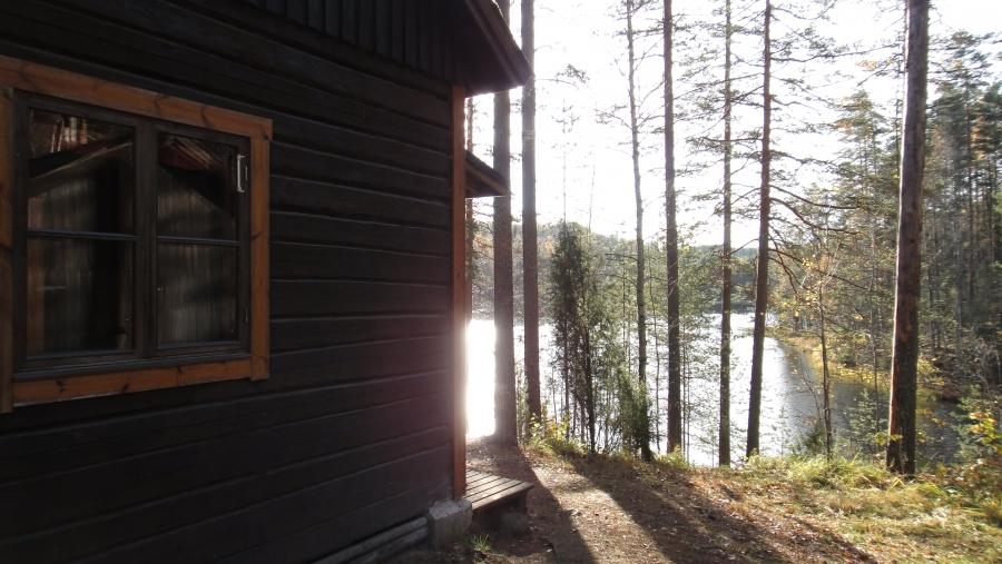 Tässä kuvaa Kalaton-järven rannalla sijaitsevasta Kalamajasta, jota hoitaa Lopen Samoojat, www.lopensamoojat.fi.