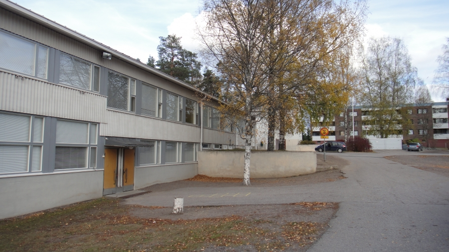 Launosten koulun pihapiiriä