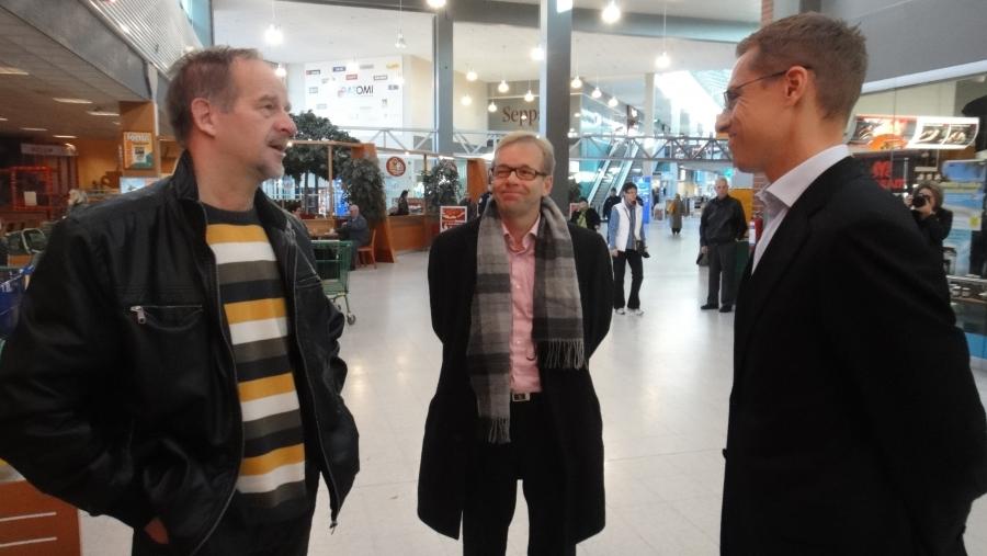 Kaupunginhallituksen puheenjohtaja Kai Heimonen (keskellä) juttelemassa ulkoministerimme ja kahviväen kanssa.