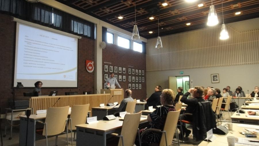Päivä jatkui kunnantalon valtuustosalissa, jossa esittelyssä hankkeet, joissa Lopen kunta mukana, ja myös talousarvion valmistelusta keskustelua.