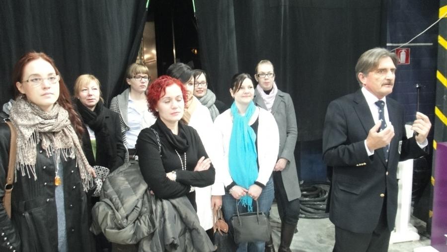 Fred Sundwall esittelee Areenan erikoispohjaa vierasjoukollemme. Oikealta Katriina Kemppi, Paula Pötry, Tiina Seppälä, Meri-Tuulia Huurresalo, Tiina Vuotila, Paula Vanhanen, Karoliina Iivonen ja Niina Laine.
