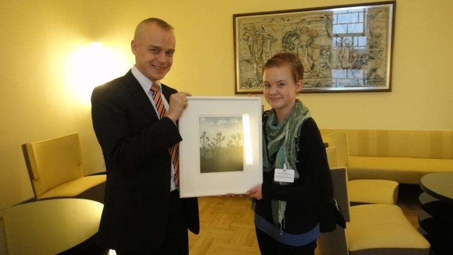 Noora Myllymäki sai tänään palkintotaulunsa eduskunnan Keltaisessa huoneessa. Mukava ja reipas yläkoululainen.