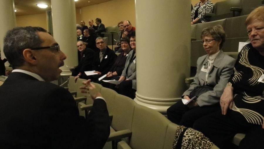 Ben Zyskowicz tapaamassa Riihimäen Seudun Diabeetikoiden vierasryhmää lehtereillä ennen kyselytunnin alkua.