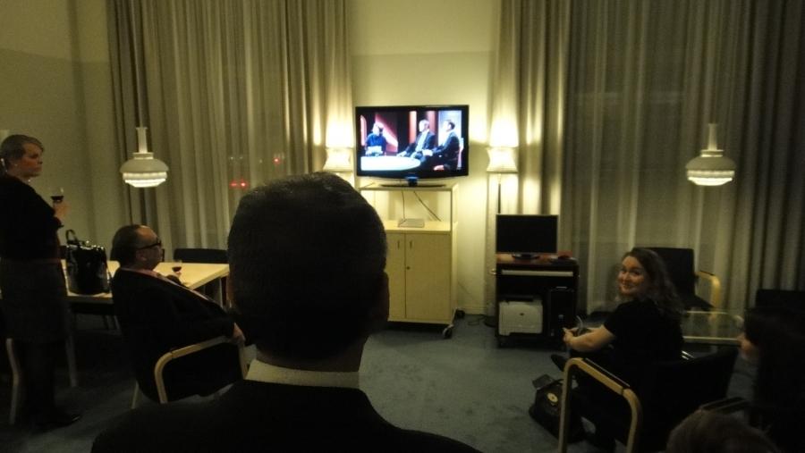 Illalla ystävien kanssa seuraamassa A-Talkia, missä mukana eduskuntaryhmämme varapuheenjohtaja Petteri Orpo.