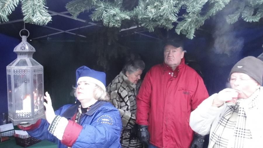 Kynttilälyhtyä sytyttämässä teltan