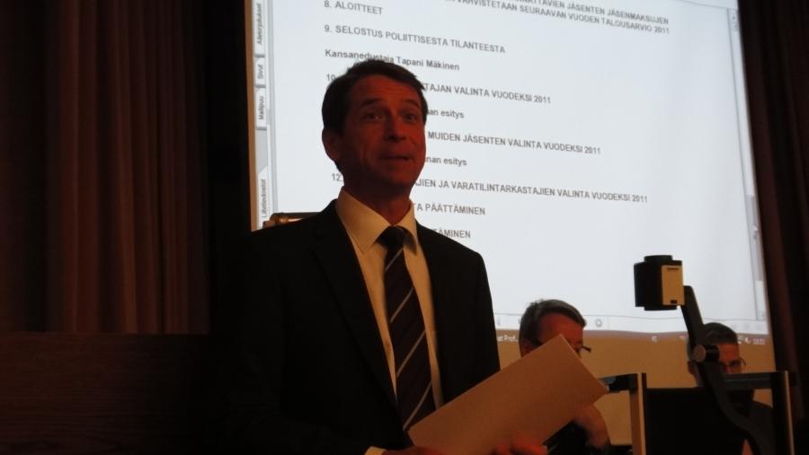 Poliittisen tilannekatsauksen tällä kertaa maahanmuuttopolitiikasta kokoukseen toi kansanedustaja Tapani Mäkinen.