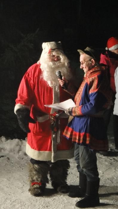 Joulupukki Asko Kaikusalon haastateltava ja matkassa mahtava säkki Läyliäisten M-Marketin kauppiaalta matkaansa saamiaan karamellejä. Reilu mies. Siis kumpikin. Tai siis kaikki kolme