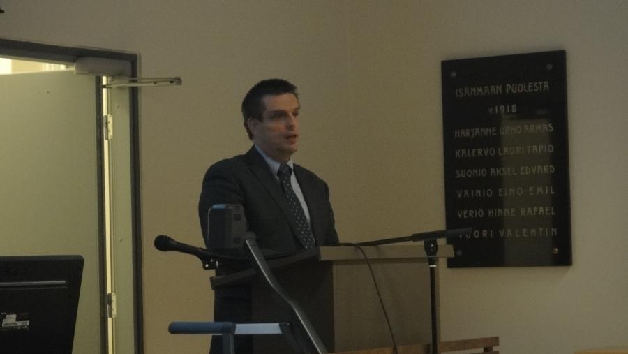 Riihimäen koulutoimenjohtaja Esa Santakallio puhumassa peruskoulu-uudistuksesta.