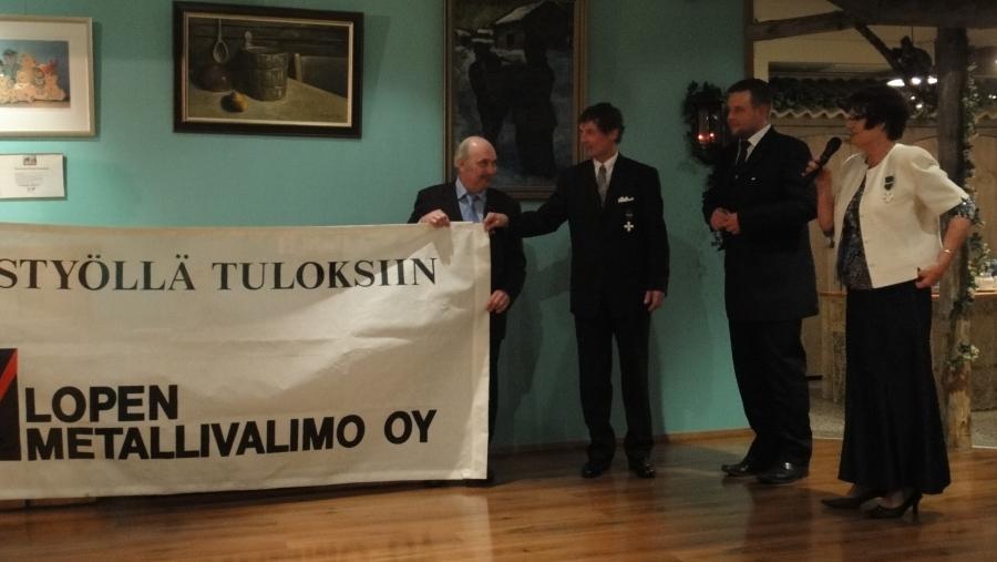 Ja illan yllätys oli kun yrittäjä Timo Ranta luovutti Peltovuoren perheelle Lopen Metallivalimon vanhan mainoksen joka oli ollut tallessa parisenkymmentä vuotta. Loppilaista yrityshistoriaa parhaimmillaan.