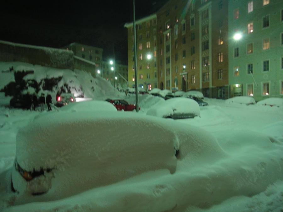 Kuvia eiliseltä illalta. Lunta tulvillaan. Ja ei yhtään lumiauraa missään? Tähän siis viittasin kun epäilin Helsingin Herrojen luottavan siihen, että Jumala lumetkin luo.