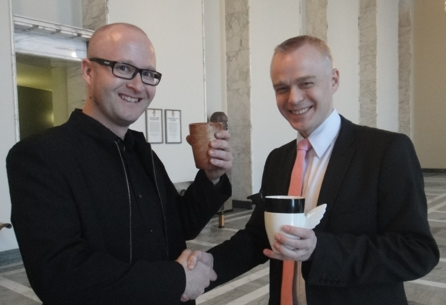 Designer Sami Rinne eduskunnassa ja teostemme vaihto :) 14.12.2010. Eli yksi Kättenjälki-kahvimuki Samille ja minulle upeat Enkeli ja Lepakko -kahvikupit. Suosittelen: http://www.samirinne.fi/english/