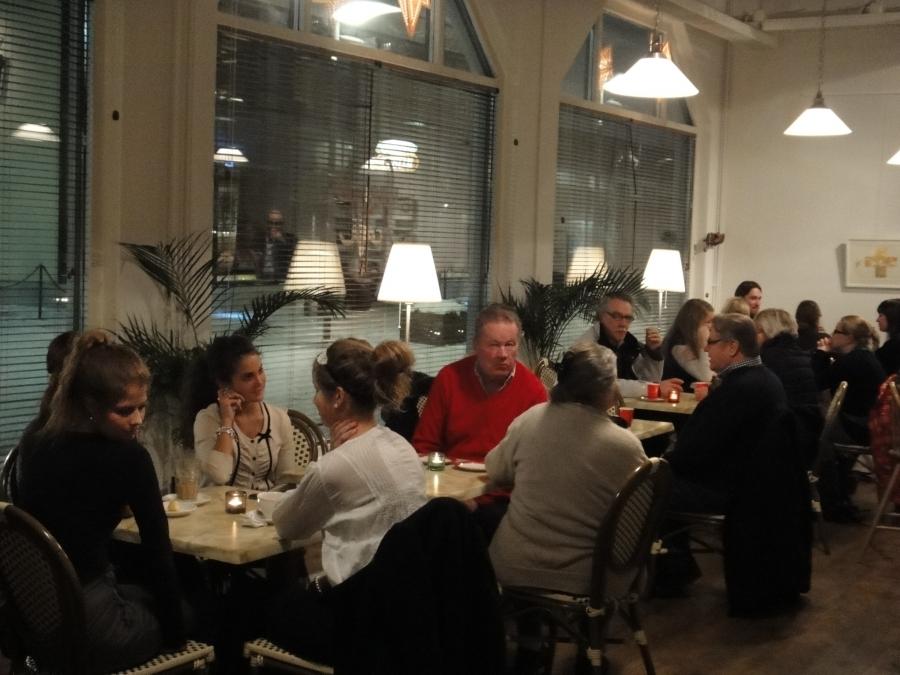 Tunnelmia Riihimäen perinteisestä Jouluhetkestä Cafe Feeniksistä. Tilaisuus päätti samalla Jouluglögikiertueen mistä muodostuikin samanlainen suosio kuin kesän Ben ja Timo Hämeessä -kiertueesta. Kiitos teille kaikille mukana olleille ja tilaisuuksien tekijöille. Olette kultaakin arvokkaampia.