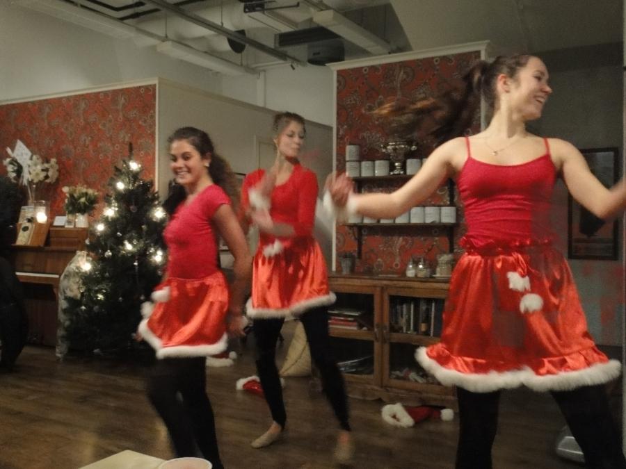 Derya Özgün, Vilhelmiina Virkki ja Liljastiina Sutinen vastasivat tämän vuoden Jouluhetken ohjelmasta. Vauhtia piisasi ja tyyliä ja ennen muuta taitoa. Mahtavat tytöt.